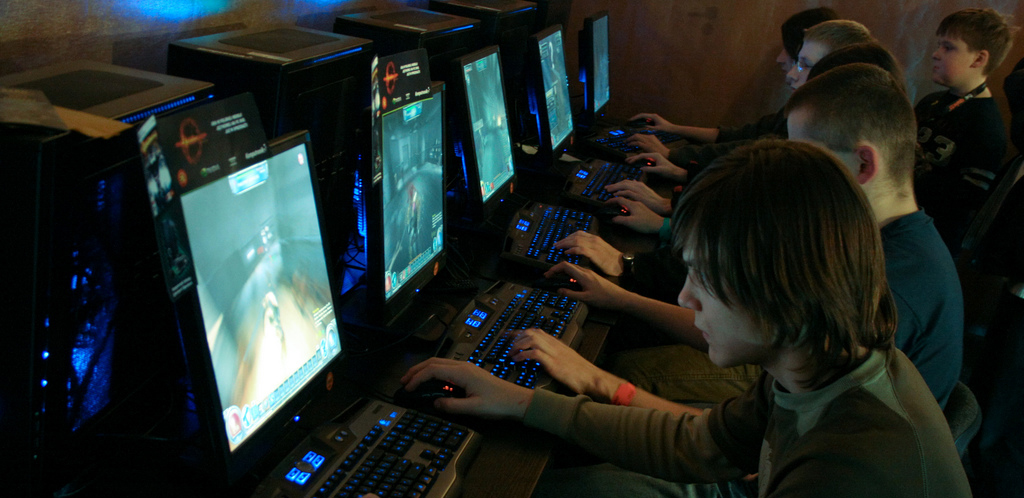 Gamers playing Hellgate London for PC at PGA 2007